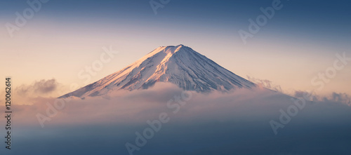 Photo Stands Japan Mount Fuji enshrouded in clouds with clear sky from lake kawaguchi, Yamanashi, Japan