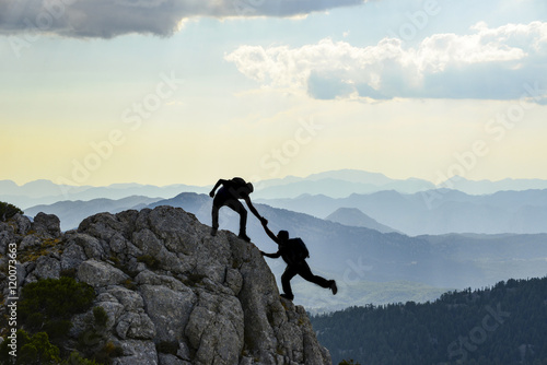 sıradağların zirvesine tırmanan dağcılar
