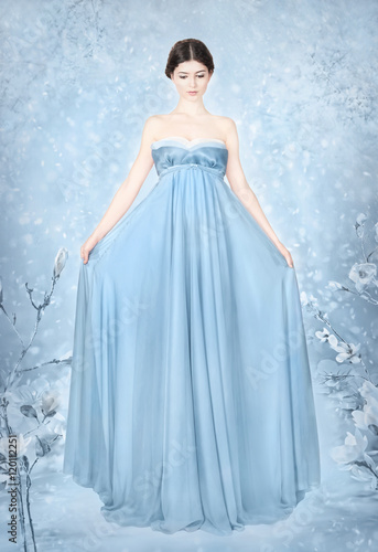 Photo  Woman in blue bridal dress - fantasy winter
