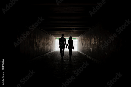 Papiers peints Tunnel Silhouette of young couple holding hands