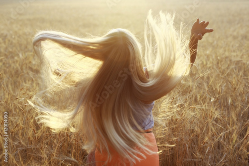 Fotografia blonde with long hair in the summer happiness