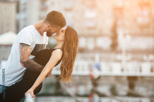 couple kissing against the backdrop of the city Canvas-taulu