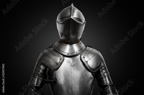 Plakat Stara metalu rycerza zbroja na czarnym tle
