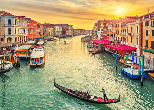 Poster de jardin Photo du jour Gondola near Rialto Bridge in Venice, Italy