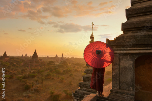 Photo  Monk relaxing in ancient temple on during sunset,Bagan Myanmar