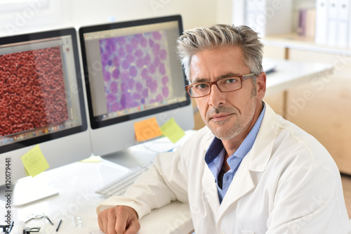 Fotografia  Portrait of microbiology scientist in office