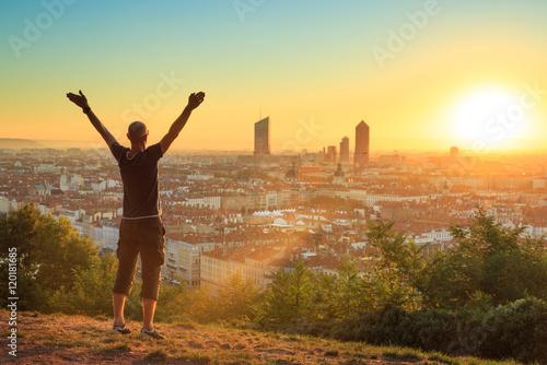 Fotografia  Man celebrating a new day in the city of Lyon, France.