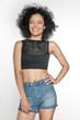 kobieta z afro, patrzy w obiektyw, usmiechnięta, radosna