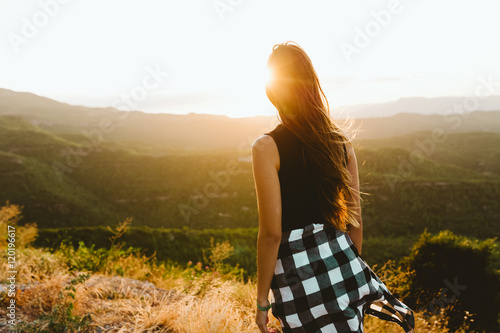 Photo  Beautiful young woman enjoying nature at mountain peak.