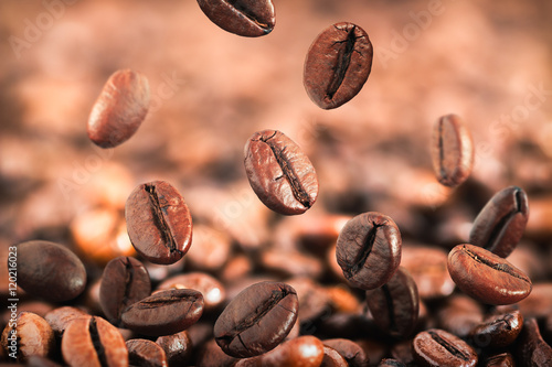 Photo sur Toile Salle de cafe Flying coffee beans