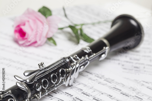 Photographie Clarinet with red  rose on sheet music