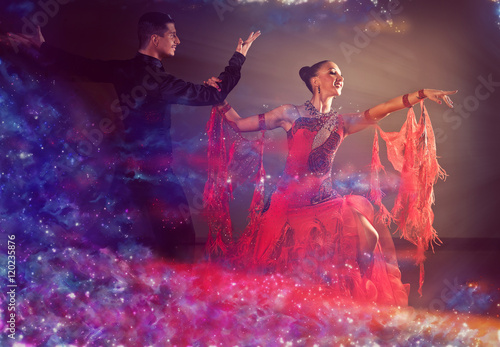 Fotografia Professional ballroom dance couple preform an exhibition dance