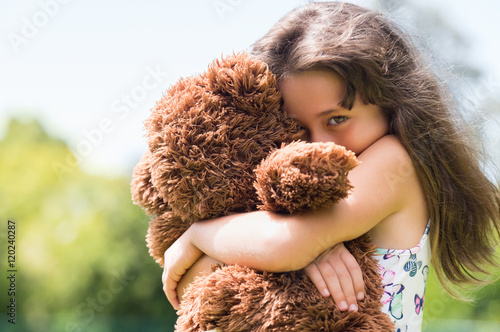 Fotografía Girl embracing teddy bear
