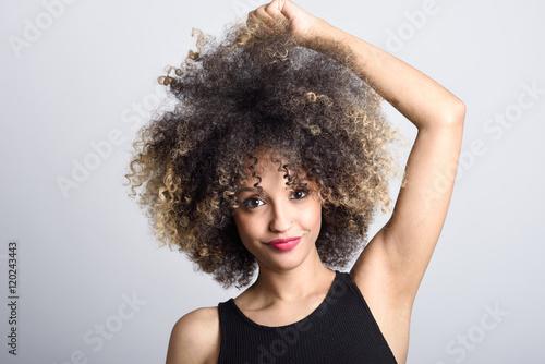 mloda-murzynka-z-afro-fryzury-ono-usmiecha-sie