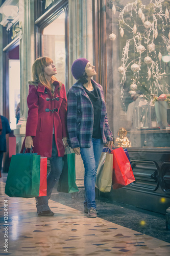 Poster Bordeaux two young woman shop during christmas time in a cityscape