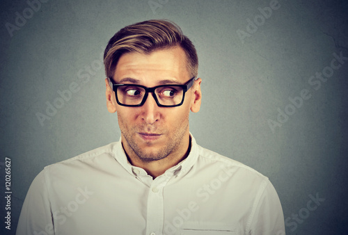 Photo Preoccupied worried man in unpleasant, awkward situation