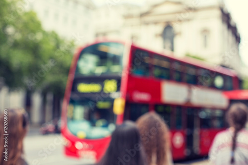 Poster Londres bus rouge city street with red double decker bus in london