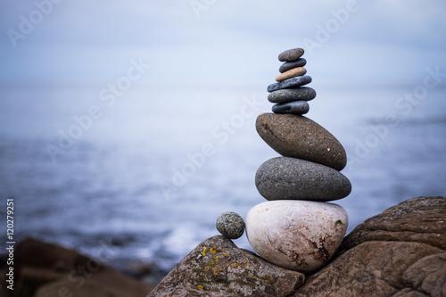 Fotografía  Steinmännchen am Strand, Schottland, Vignettierung