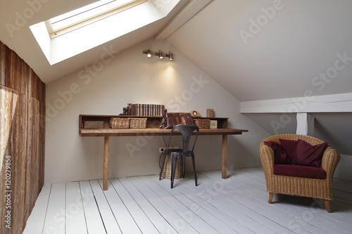 grenier aménagé en bureau avec fenêtre de toit – kaufen Sie ...