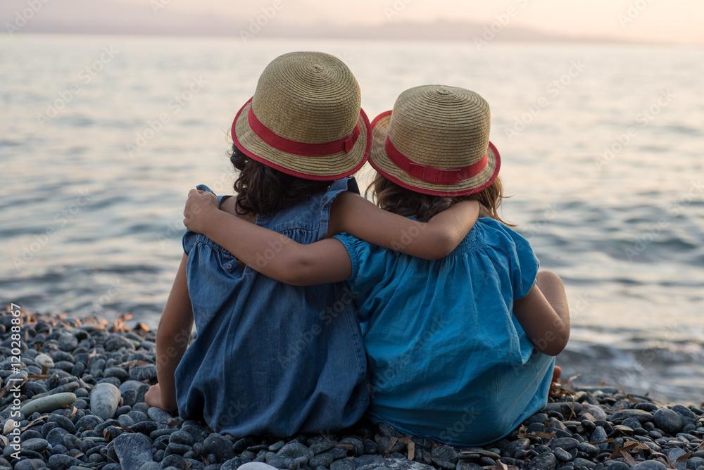 Photo   Art Print petites filles bras dessus bras dessous assises au bord  de la mer  df04201907f