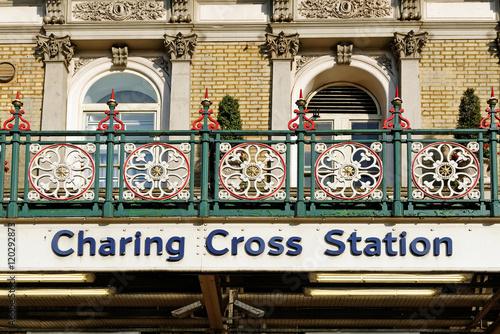 Платно Charing Cross station, London, England.