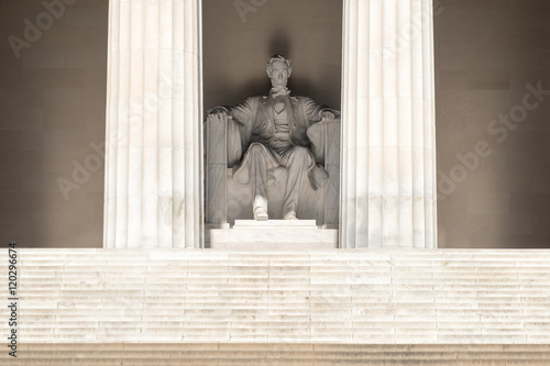 The Abraham Lincoln Statue at the Lincoln Memorial in Washington Tableau sur Toile