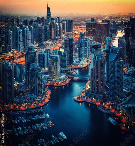 Fototapeta Scenic antenowe skyline: fantastyczny widok na skyscapers w Dubaju, ZEA, w nocy. Artystyczne podróże i architektura.
