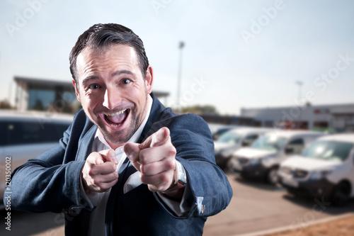 Fotografía  Junger Geschäftsmann verkauft Autos