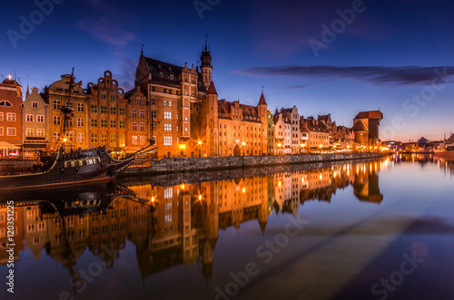 Foto auf Leinwand Stadt am Wasser Gdansk old town with harbor and medieval crane in the night