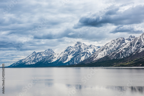Photo  Grand Teton mountains with lake and dark, stormy cloudy, overcast, sky in nation