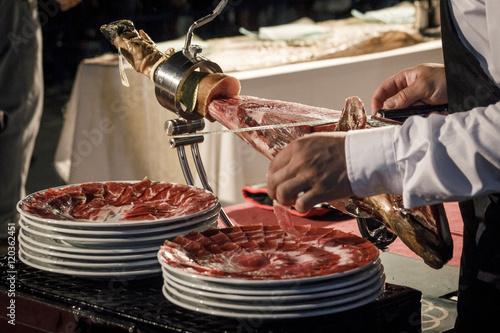 Foto  Cortador de jamón cortando un cinco jotas