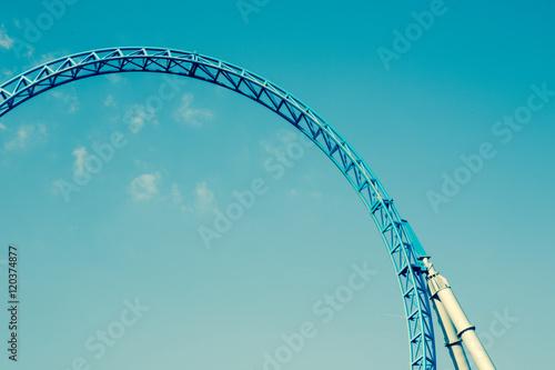Zdjęcie XXL Puste kolejki górskiej w kolorze niebieskim