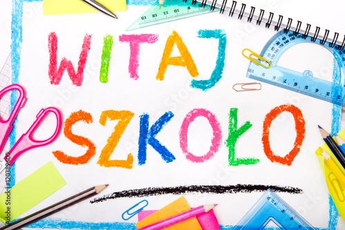 Fototapeta Kolorowy rysunek z napisem WITAJ SZKOŁO otoczony przyborami szkolnymi obraz