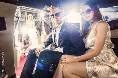 Fotomural  Celebrity couple in a limousine