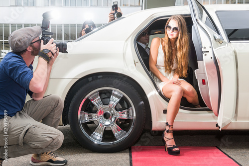 Cuadros en Lienzo Young female celebrity posing in limousine for paparazzi on red