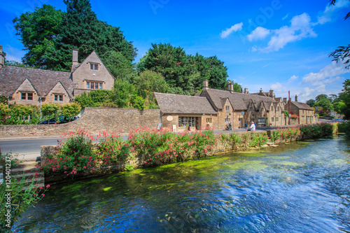 Foto BIBURY, ENGLAND, UK - JULY 9, 2014: Arlington Row traditional Cotswold stone cottages in Gloucestershire on JULY 9, 2014, England