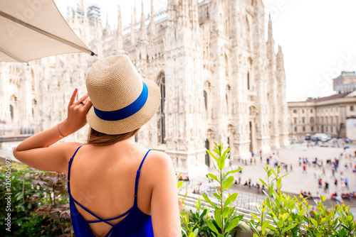 In de dag Milan Young woman enjoying great view on Duomo cathedral in Milan city
