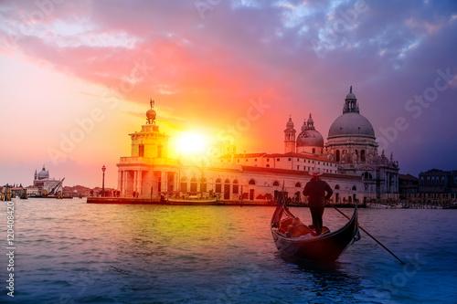 Türaufkleber Gondeln Venetian gondolier punting gondola through green canal waters of Venice Italy