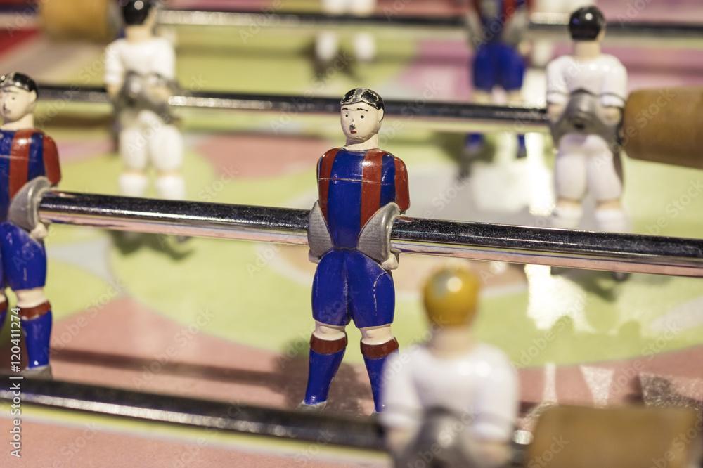 Detal piłkarzy stołowych, pomalowany w czerwone i niebieskie paski <span>plik: #120411274 | autor: lobro</span>