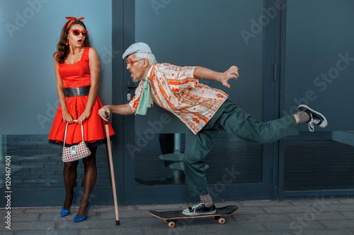stary-czlowiek-szybko-jezdzi-na-deskorolce