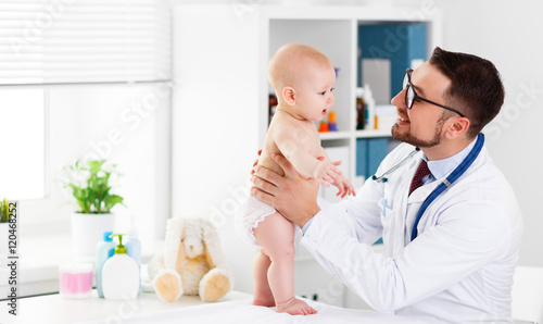 Fotografiet  Doctor pediatrician with baby child