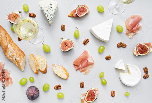 Fotografía  wine and snacks on grey table