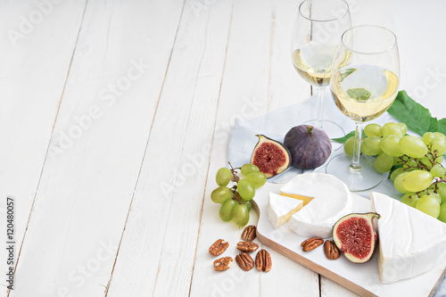 Photo  food background with wine, figs, cheeses, grape