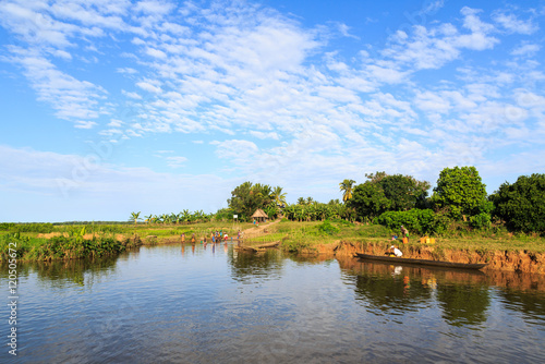Foto auf Gartenposter Fluss People living on the banks of a river in a tropical African Mada