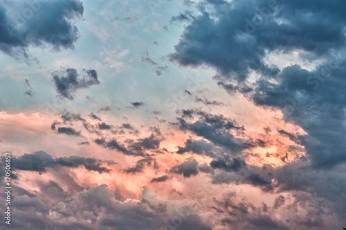 dramatyczny-i-piekny-widok-nieba-po-zachodzie-slonca