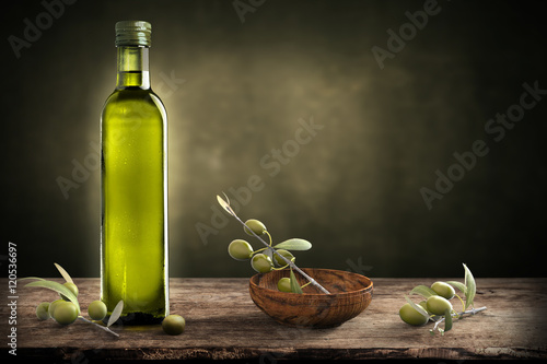 Fotomural Bottle of oil with olive branch