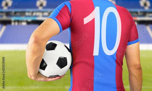 piłkarz w niebieski i czerwony zespół