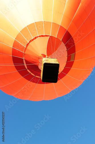 Spoed Foto op Canvas Luchtsport Orangefarbener Heißluftballon, Fahrt bei blauem Himmel, Hot Air Balloon