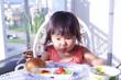 朝食を食べている女の子