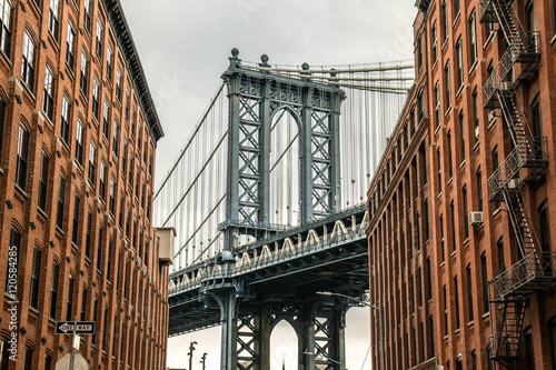 manhattan bridge and neighborhood
